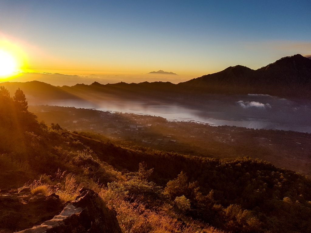 Mount Batur a východ slnka nad krajinou.