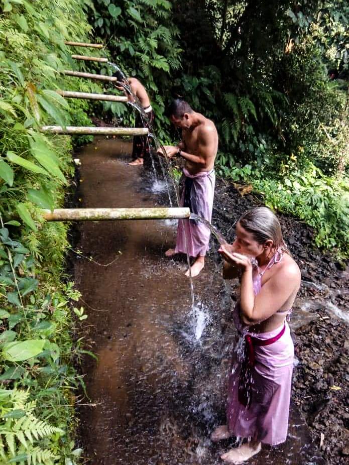 Tradičný očistný rituál, pri vodopáde Dedari, neďaľeko mestečka Tamanbali